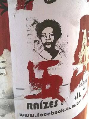 Suástica pichada sobre poster de movimento negro na Unicamp (Foto: Reprodução/Facebook)