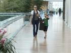 Fernanda Tavares vai às compras com o filho em shopping do Rio