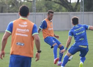Luan volta aos treinos do Grêmio (Foto: Eduardo Deconto/GloboEsporte.com)