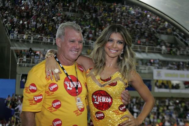 Grazi Massafera e o pai  na Sapucaí (Foto: Cleomir Tavares/ Divulgação)