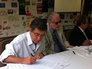 Ivo Herzog e Paulo Pinheiro participam de entrega de documento nesta sexta (Foto: Tatiana Santiago/G1)