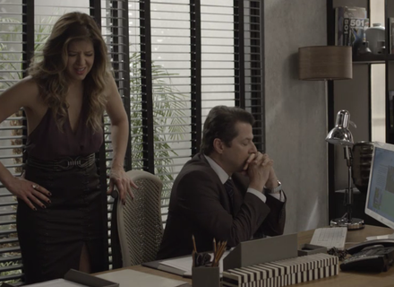 Maria Pia se desespera com impressões digitais nos dólares e Malagueta a acalma