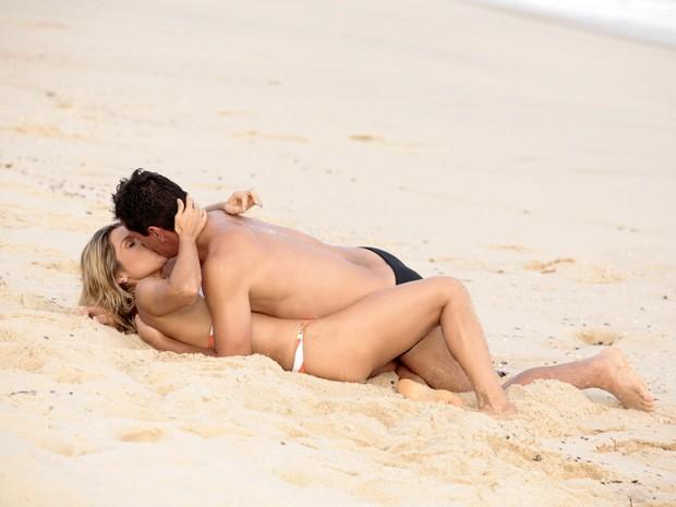 Flávia e Rodrigo gravam cenas de romance na praia (Foto: Salve Jorge/TV Globo)