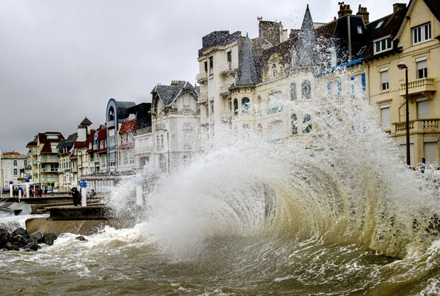Onda atinge costa da comuna de  Wimereux, no norte da França  (Foto: AFP Photo/Philippe Huguen)