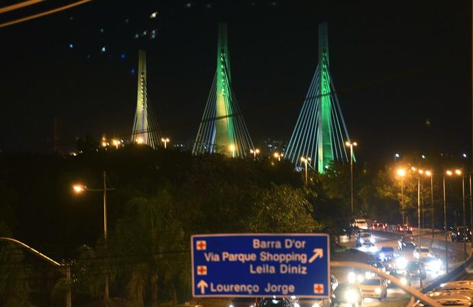 Ponte estaiada iluminado verde e amarelo 100 dias para as olimpíadas (Foto: J. P. ENGELBRECHT/Prefeitura do Rio)