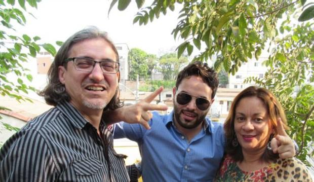 O jovem sírio Abdulbaset Jarour (ao centro) foi acolhido pelos brasileiros Silvio e Valdívia (Foto: BBC Brasil)