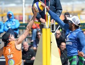 Pedro Solberg bloqueio partida vôlei de praia (Foto: Divulgação / FIVB)