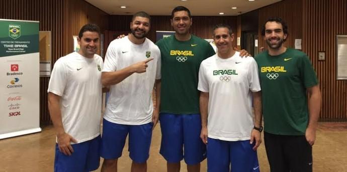 JP Batista, ao lado dos novos companheiros e do técnico José Neto (Foto: Divulgação)
