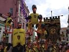 Bloco Abutres desfila sob o tema 'Salto na vara' pelas ladeiras de Olinda