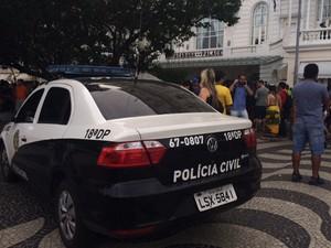 Carro da polícia parado na frente do Copacabana Palace  (Foto: Isabela Marinho/G1)