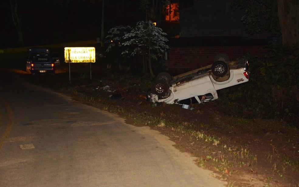Carro saiu da pista e capotou, em Itapé, no sul da Bahia (Foto: Blog Verdinho Itabuna)