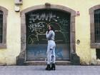 Bruna Marquezine faz pose nas ruas de Barcelona