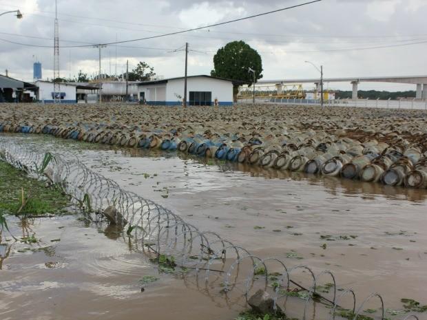 Água invade distribuidora de gás em Porto Velho (Foto: Eliete Marques/G1)