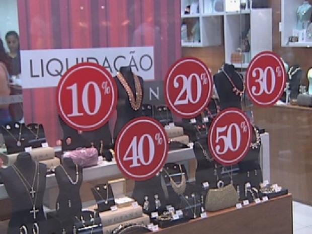 Shoppings fazem liquidação neste começo do ano (Foto: Reprodução/TV TEM)