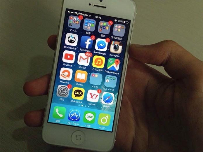 Soichiro mostra seu celular com apps sociais, incluindo o Line (Foto: Felipe Vinha)