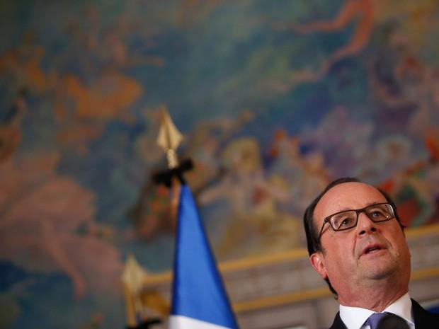 O presidente francês François Hollande faz um pronunciamento para jornalistas em Nice, na França, no dia seguinte ao ataque com um caminhão que deixou 84 mortos e dezenas de feridos (Foto: Eric Gaillard/Reuters)