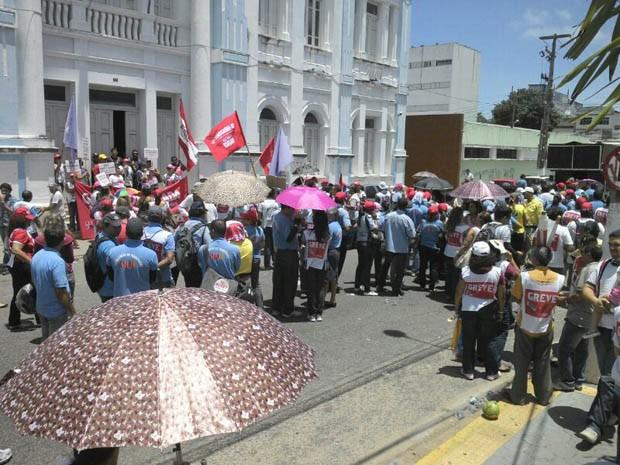 Grevistas se concentraram em frente à Prefeitura para um ato público (Foto: João Paulo da Silva)