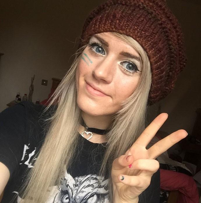 A youtuber inglesa Marina Joyce postou foto para mostrar que está bem