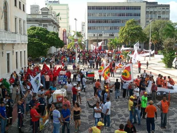 Manifestantes se concentram na praça Fausto Cardoso em Aracaju (Foto: Flávio Antunes/G1)