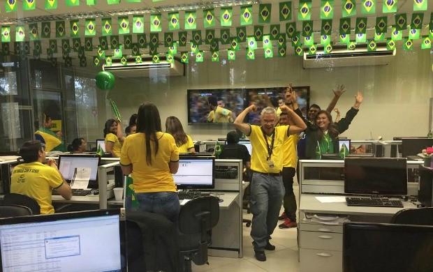 Equipe comemora gol do Brasil (Foto: Ercilene Oliveira)