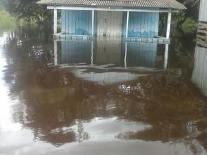 Casas estão afetadas com subida do rio em Serra do Navio (Foto: Divulgação/Defesa Civil)