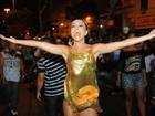 Sabrina Sato é pura empolgação em ensaio de rua