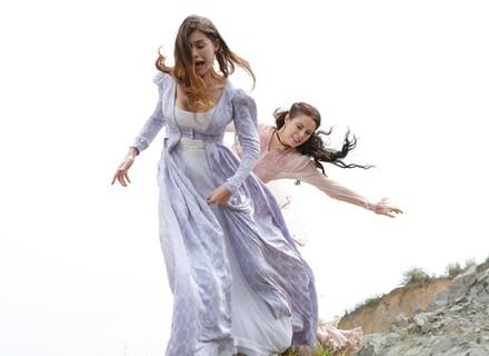 Melissa empurra Lívia de penhasco
