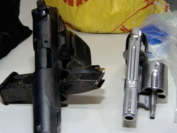 Duas armas foram encontradas com um dos detidos, em Vitória (Foto: Reprodução/TV Gazeta)