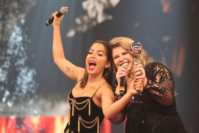 Anitta e Marília Mendonça fazem farra no palco! (Foto: Carol Caminha / Gshow)