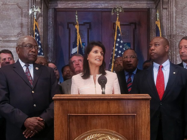 A governadora da Carolina do Sul, Nikki Haley, fala durante coletiva de imprensa, na segunda (22), em Columbia, ao lado do deputado James Clyburn (esquerda) e do senador Tim Scott (Foto: Tim Dominick/The State via AP)