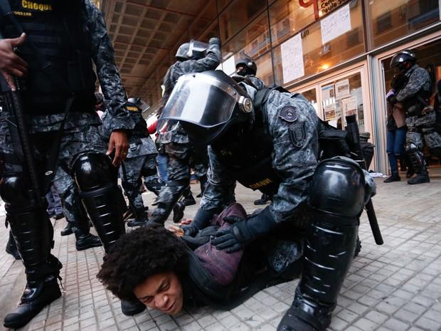 Policiais da tropa de choque detém um estudante durante operação de reintegração de posse no Centro Paula Souza, no centro de São Paulo (Foto: Leonardo Benassatto/Futura Press/Estadão Conteúdo)
