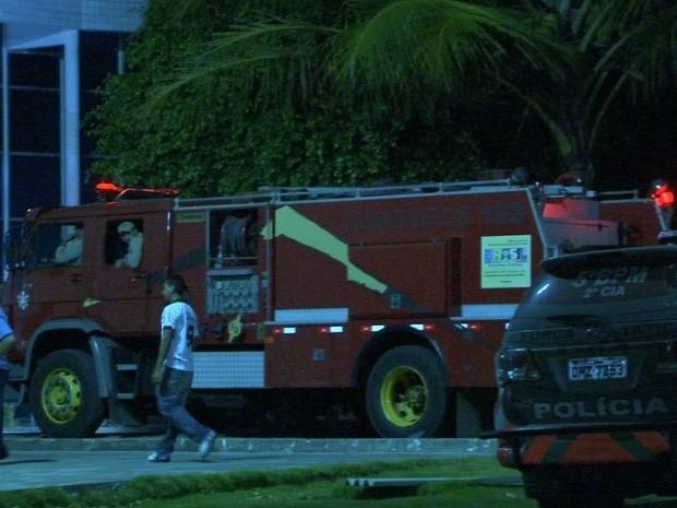 Corpo de Bombeiros controlou o incêndio em colchões cerca de uma hora após início da rebelião (Foto: TV Verdes Mares/Reprodução)