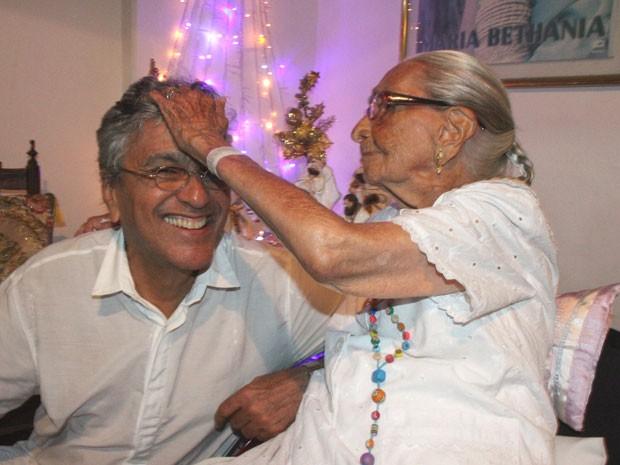 Caetano Veloso recebe carinho da mãe, dona Canô, durante desta do Terno de Reis (Foto: Edgar de Souza/Divulgação)