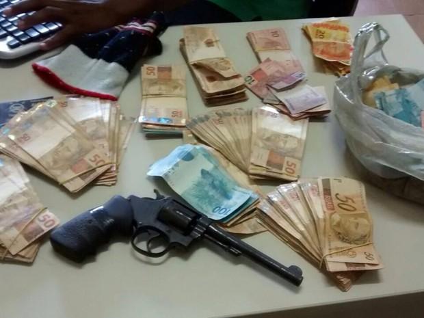 A polícia recuperou os R$ 31 mil roubados na casa lotérica de Santana do Paraíso (Foto: Fernando Sertão / Inter TV dos Vales)