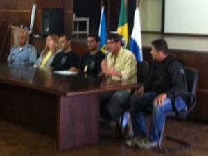 Representantes das polícias Civil, MIliar e Federal falam sobre a ação que resultou na morte de Matemático (Foto: Alba Valéria Mendonça/G1)