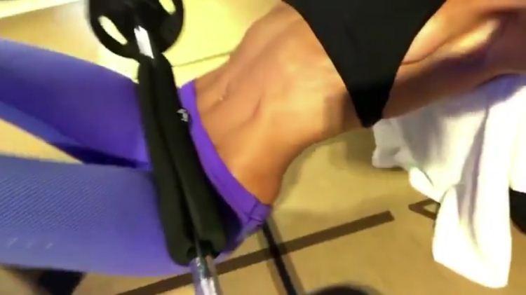 Iza Goulart exibe o abdômen trincado em série de exercícios  (Foto: Reprodução/Instagram)