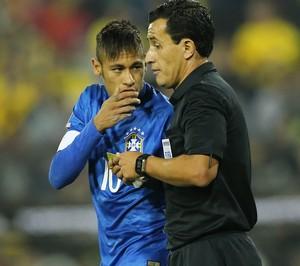 Neymar reclama com árbitro na Copa América (Foto: Mowa Press)