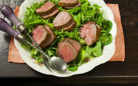 Rosbife com salada de verdes e molho de tangerina: receita da Rita Lobo