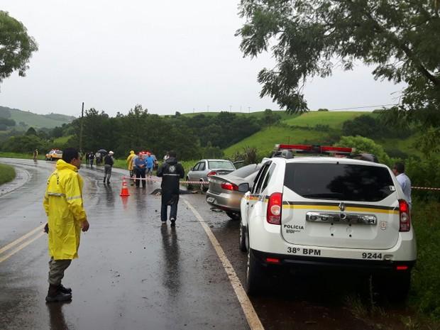 Polícia atende vítimas de acidente  (Foto: João Lira/ Rádio Sarandi AM)