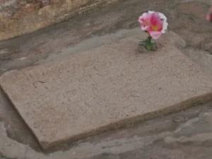 Túmulo tem os nomes das galinhas de Dona Maria  (Foto: Divulgação Tô Indo)