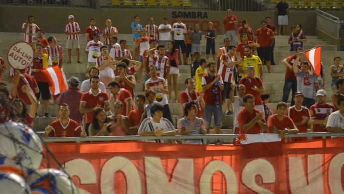 Atletas do Auto comemoram gol da vitória com treinador Jazon Vieira (Foto: Hévilla Wanderley / GloboEsporte.com)