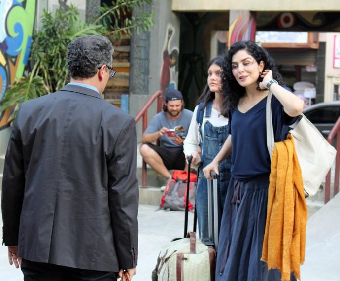 Miguel leva Maria e Rafaela até o hostel (Foto: Rodrigo Brisolla/Gshow)