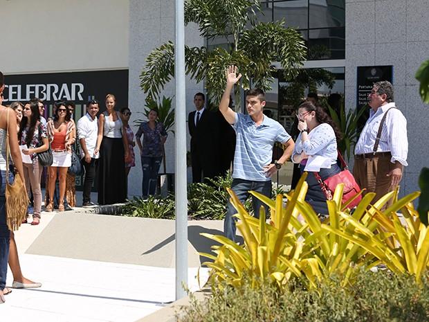 Bia é humilhada pelo próprio irmão na fila do concurso (Foto: Carol Caminha/Gshow)