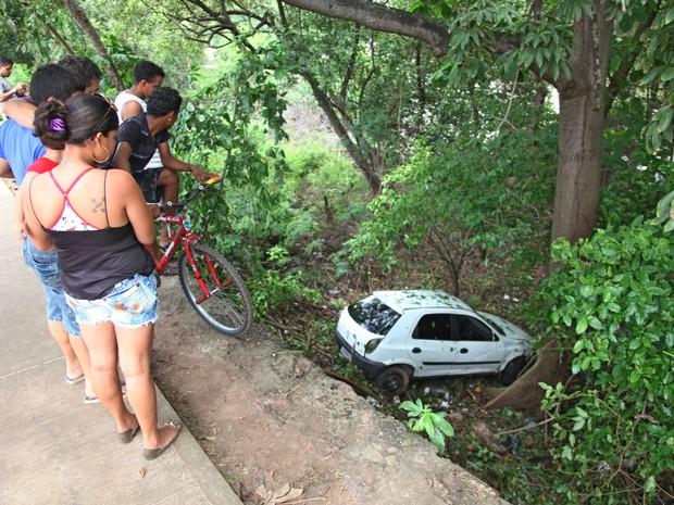 Veículo caiu de uma altura de 3m e ainda bateu em uma árvore do manguezal (Foto: Flora Dolores/O Estado)