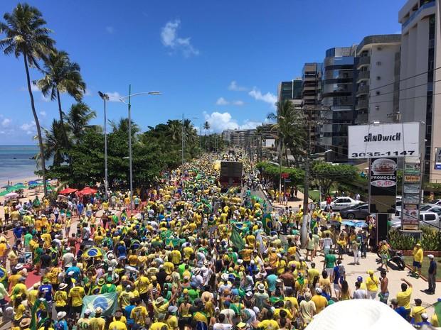 Manifestação contra a presidente Dilma lota orla de Maceió (Foto: Pedro Neto / G1)