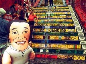 Boneco-currículo nas Escadas do Selaron, no Rio (Foto: Arquivo Pessoal/ Henrique Murate)