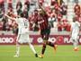 Thiago Heleno faz dois e garante vitória do Atlético-PR sobre a Ponte
