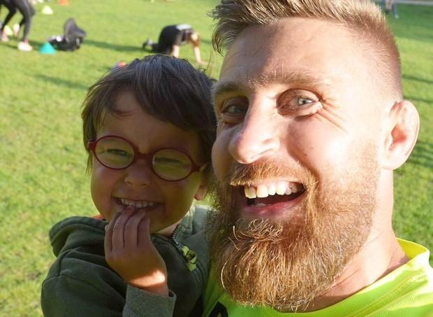 Richard Pringle perdeu o filho Hughie de 3 anos repentinamente (Foto: Reprodução/Facebook) (Foto: Reprodução/Facebook)