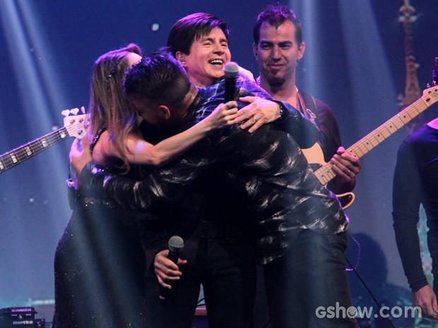 Xororó vai para os braços dos filhos Sandy e Junior (Foto: TV Globo/Programa do Jô)