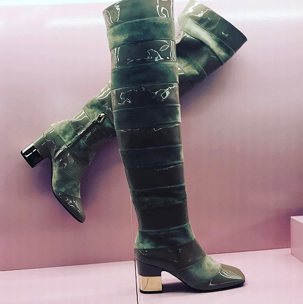 It is all about the Podium Square heel on boots from Roger Vivier (Foto: @suzymenkesvogue)